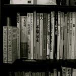 7CAFE - 店内には色々な本が。ひとり読書もいいけど、お友達とワイワイ読書も楽しいかも。