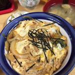 119223144 - 親子丼 550円、ごはん少なめ。                       お新香と味噌汁付きです。