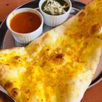 インドアジアダイニング - ガーリックナン&ほうれん草チーズカレー