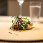 119230384 - 徳島県産のどぐろ 鹿のカルパッチョ、 水牛ののモッツァレラチーズ、 宮崎県のミニトマト、 イタリアの25年熟成のバルサミコ酢