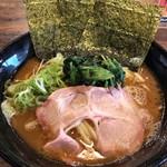 横浜ラーメンとんこつ家 - 横浜 家系の豚骨醤油ラーメン  750円