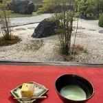 旧近衛邸 - 料理写真:庭園を背景に。