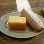 119266626 - フランスパンと蒸しパン