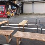 須崎食料品店 - お店の外にあるベンチです。(2019.11 byジプシーくん)
