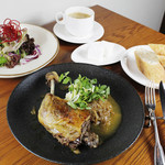 フランス産 鴨モモ肉のコンフィ 焦がしオニオンのリヨン風ソース クレソンのサラダ