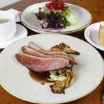 鴨胸肉のロースト 舞茸のフリカッセ 赤ワインソース