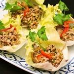 PHI PHIアジアンダイニング&カラオケラウンジ - ガパオ風鶏ひき肉のレタス包み