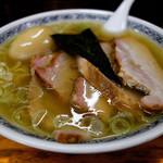 中華そば つけ麺 甲斐 - 料理写真:味玉チャーシュー麺1050円の塩味です。