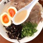 博多一舞 - 料理写真:あっさりしているのにコクがある 国産豚のとうこつをじっくり煮込んで、徹底的に灰汁を取りながら作る 博多淡麗とんこつスープ