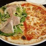 マガッヅィーノ - ハーフ&ハーフのピッツァ(マルゲリータ、パルマ産生ハムと有機野菜のサラダ)