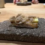 119306557 - 自家製パン、バター、白トリュフ