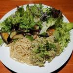 肉和食 肉バルダイニング 仙丹 - 上空からハーブチキンサラダ