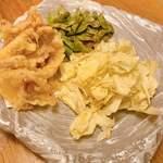 焔蔵 - げそ天・枝豆・キャベツ 枝豆はフライパンで炙ってあって大好評