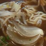 汐崎 - 醤油ラーメンに玉ねぎが具として入っています、うーまーいーぞー!
