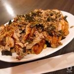 ハ ノイ レストラン - ローストダック¥1490。箸袋置いて比較しましたが、 ものすごい量!!!食べきれません、この量は(☆。☆)