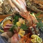 海鮮問屋 城 - 料理写真:獲れたての新鮮な刺身(有ればラッキー!)