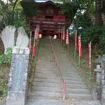 萬壽庵 - この階段を昇って右手にあります。