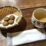 天草蕎麦処 苓州屋 - そばの前に、そばぼうろとそば茶をいただきました。
