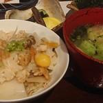 梅くら - 地鶏の炊き込みご飯と味噌汁、漬け物