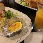 119384171 - モーニングセットのサラダやオレンジジュース