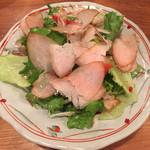 明神下 焼鳥とし - お通しのささみ燻製サラダ 風味が良くて焼鳥の合間に少しずついただくのが正解でしょうか
