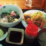 ごんわーるど - この日の惣菜定食のトンカツと刺身