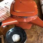 石臼自家挽き蕎麦 みなもと - 手前の皿は蕎麦粉です