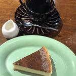 カフェ エスケープ - ベイクドニューヨークチーズケーキとブレンドコーヒーで880円