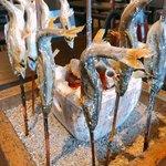 鮎の庄 - 焼き場で焼かれた鮎は食べる直前までアツアツで頂けます。