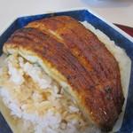 11943295 - ご飯はかなりの量で鰻が弧を描いています