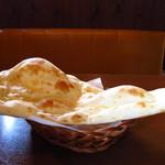 インド&ネパールレストラン WELCOME - やたらめったら大きなナン