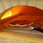 カフェ ド ヒラオカ - 本格石窯で焼き上げるピッツアは、お持ち帰りも出来ます。
