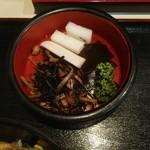 そば宏 - ひじきの煮物、大根の漬物、昆布の佃煮