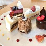 119467332 - ケーキ屋さんでテイクアウトして、隣のカフェの建物へ移動して渡すと、ワンプレートで盛り付けてくれます!