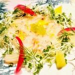 ビストロハマイフ - 生赤海老のタルタル(オレンジと赤タマネギを添えて) エビの上に乗っているのは飛子(トビウオの卵)だそうです