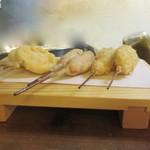 串あげ ムタヒロ - おまかせ5本盛りの、レンコン、ソーセージ、豚バラ、