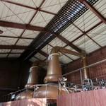 119488765 - 蒸溜棟(単式蒸留器)。しめ縄が飾られているのは、広島の造り酒屋で育った竹鶴のこだわり