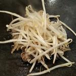 浅草もんじゃお好み焼き ぽんちゃん - ゲソの上にモヤシを乗せ蒸し上げます!