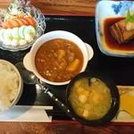 お食事 木馬 - 料理写真:御飯セット+カレー+豚の角煮+トマトサラダ(1166円)