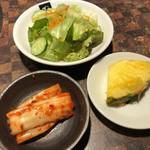 Gyouten - サラダ・キムチ・パイナップル