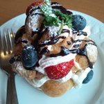 フェリーチェ - シューが沢山集まったスイーツ☆(名前忘れちゃいました)フレッシュな果物も美味しかった!