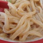 手打ち極太麺 ジョニーの味噌 - 不揃いなうどん麺。