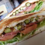 119531477 - アスパラガスとベーコンのモッツァレラ Sandwich;断面