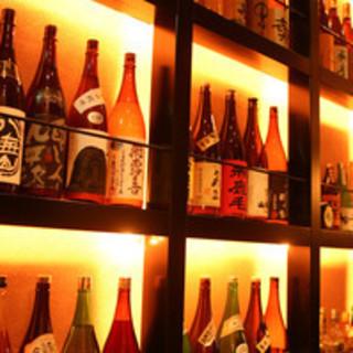 エントランスにはこだわりの日本酒、焼酎がずらりとディスプレイ