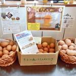 にわとり食堂 - セルフカウンターに置かれた3種類の卵