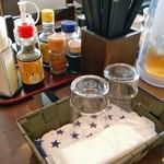 にわとり食堂 - 卓上に常備された調味料類