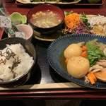 おばんざい鉢屋 - 釜揚げシラスおろしと肉じゃが(900円)