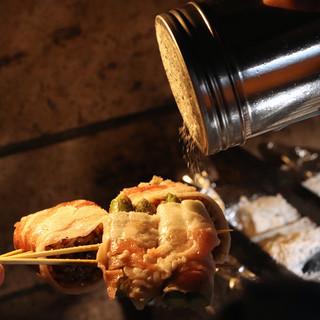 炭火でこんがり焼き上げる野菜巻き串に舌鼓!肉の旨味も溢れ出す