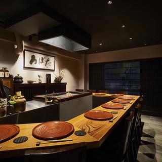 囲炉裏と伝統陶器が優しく包み込む空間で
