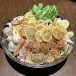 Funny farm - 料理写真:レモンをぎゅっと絞ってたべる鳥塩レモン鍋